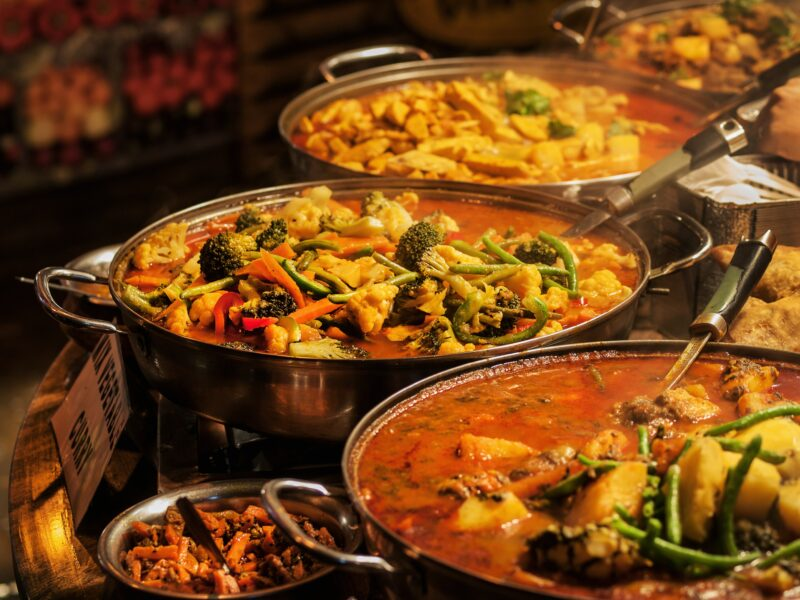 © Aleksandar Hubenov, Dreamstime.com lizensiert für a&e erlebnisreisen__25606552__Vegetable curry - Indian takeaway at a London's market