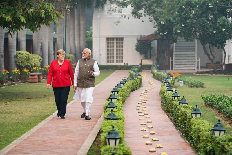 """Zusammen mit Premierminister Modi im """"Gandhi Smriti"""": In dem Wohnhaus mit Garten verbrachte Mahatma Gandhi die letzten 144 Tage seines Lebens. Foto: Bundesregierung/Kugler"""