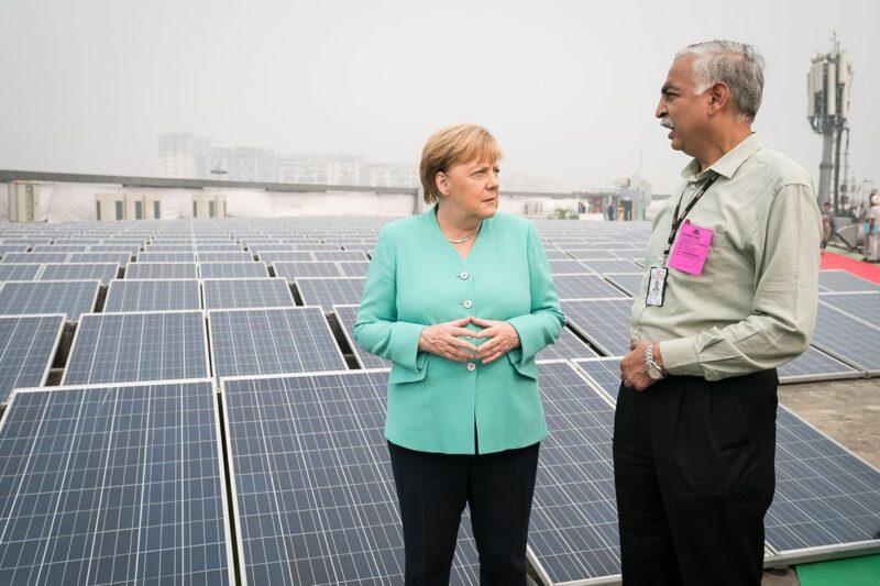 Danach informiert sich Merkel über eine Metrostation, die mit Solarstrom betrieben wird. Die Photovoltaikanlage auf dem Dach wurde in Zusammenarbeit mit deutschen Firmen errichtet. Foto: Bundesregierung/Kugler