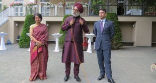 Der indische Sportschütze und Olympia-Goldmedaillengewinner Abhinav Bindra (rechts) mit dem indischen Botschafter in Berlin, Gurjit Singh, und seiner Frau Neeru Singh. Foto: Indische Botschaft Berlin