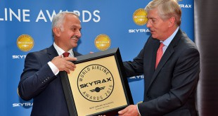 Skytrax-Geschäftsführer Edward Plaisted (rechts) überreicht Temil Kotil, Geschäftsführer von Turkish Airlines, den Skytrax Award als beste Airline in Europa.