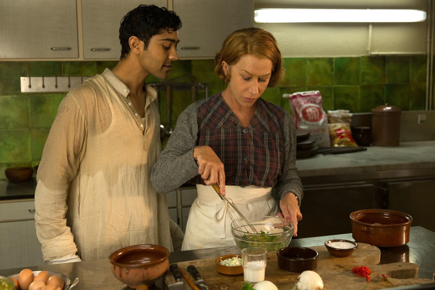 Hassan (Manish Dayal) und Madame Mallory (Helen Mirren) teilen die Leidenschaft für kulinarische Köstlichkeiten. © 2014 Constantin Film Verleih GmbH