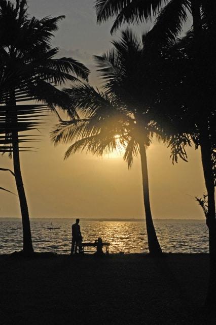 Langsam gleiten die märchenhaft wirkenden Hausboote über den Vembanad-See. Purpurfarbend erscheint er bei Sonnenaufgang, goldfarbend bei Sonnenuntergang.