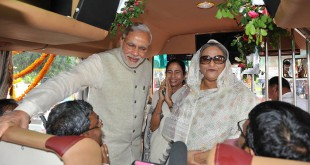 Indiens Premierminister Narendra Modi und Bangladeschs Premierministerin Sheikh Hasina bei der Besichtung eines der Busse für den neuen Busservice. © Foto: Narendra Modi (facebook)