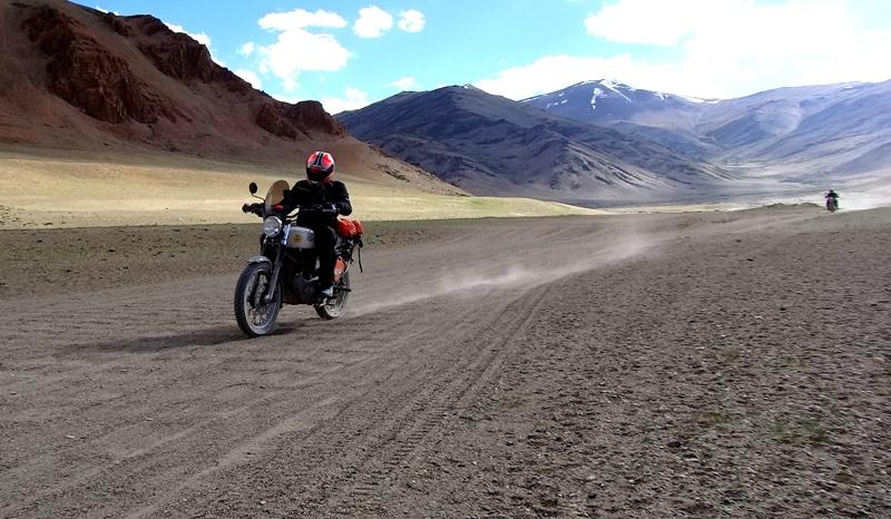 Weite Landschaft und dahinter ein beeindruckende Bergkulisse - ein Fest für Biker auf der Royal Enfield Himalayan Odyssey. © Foto: Royal Enfield Himalayan Odyssey