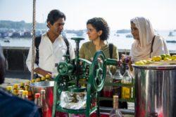 Rafi (Nawazuddin Siddiqui), Miloni (Sanya Malhotra) und Dadi (Farrukh Jaffar) beim Kennenlernen, Joe D'Souza Amazon - © Courtesy of Amazon Studios