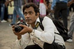 Rafi (Nawazuddin Siddiqui) geht seiner Beschäftigung als Strassenfotograf nach, Joe D'Souza Amazon - © Courtesy of Amazon Studios