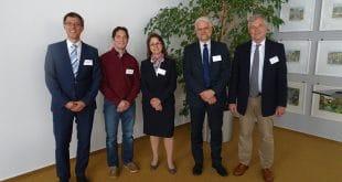 Prof. Dr. Stefan Wengler (li) und Prof. Dr. Torsten Kühlmann (r), die beiden Initiatoren des GIRT Oberfranken, Alex Bircher (2. v. li) , Geschäftsführender Gesellschafter der Erbatech Machinery Pvt. Ltd., Christine Kögler, Kaufm. Leiterin der Tenowo GmbH, und Dr. Harald Stini (2. v. re) , Geschäftsführer der Tenowo GmbH.