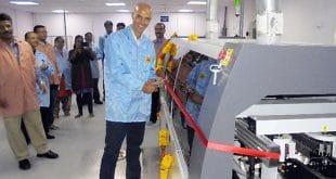 EOS Direktor Ralph Bischoff nimmt den Wellenlöter für die neue Hochleistungsproduktionslinie in Betrieb. Foto: EOS Power