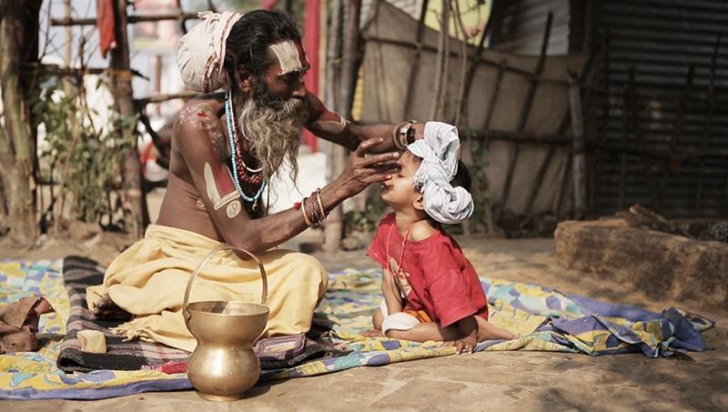 Hatha Yogi Baba mit dem Kind, das er vor einiger Zeit vor seiner Hütte gefunden hat (Faith Connections, by Pan Nalin © 2013 Cité Films – Jungle Book Entertainment – Virginie Films)