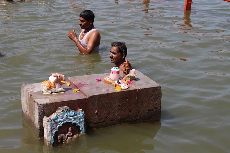 Ein Bad in heiligen Wassern während der Simhastha Kumbh erlöst vom ewigen Kreislauf der Wiedergeburt, Foto: Hans - Jürgen Schwall