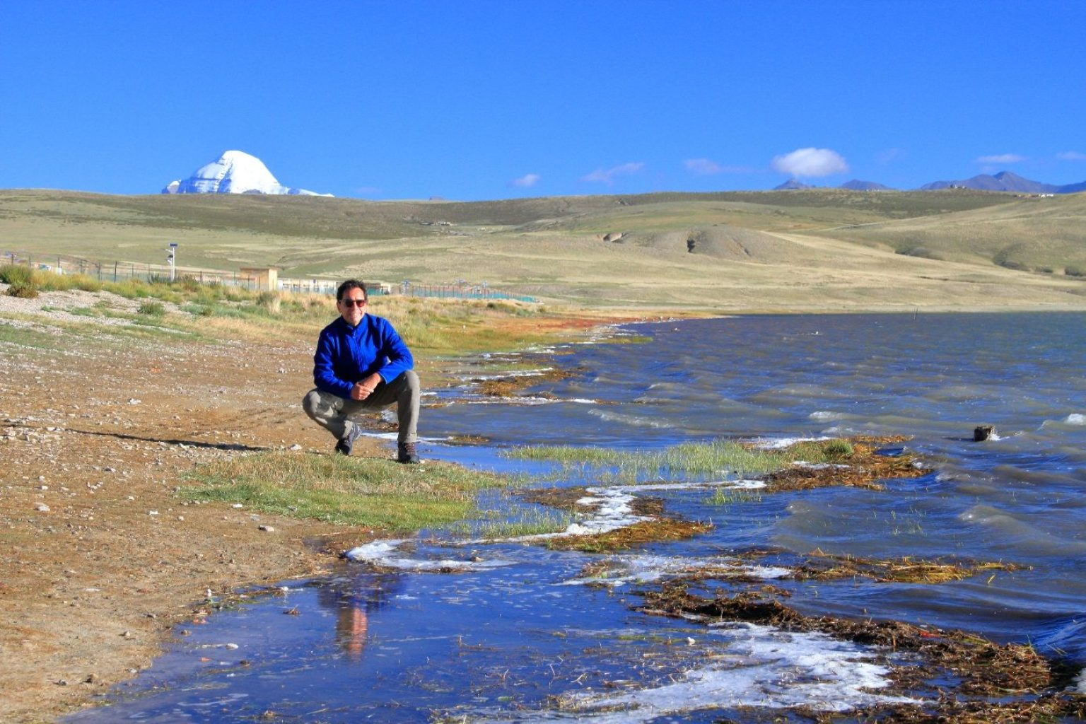 Der Autor am See Manasarovar im Westen Tibets; im Hintergrund der heilige Berg Kailash, an welchem der Brahmaputra, der Sutlej, der Ganges und der Indus entspringen. Höhe etwa 4600 m.