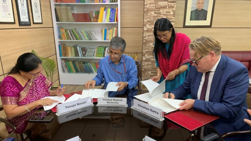 Unterzeichnung des MoU in Neu-Delhi – Prof. Dr. Tanuja Nesari (Director AIIA), Dr. Vaidya Rajesh Kotecha (Secretary Ministy of AYUSH), Dr. Christian Garbe (Geschäftsführer FiZ)