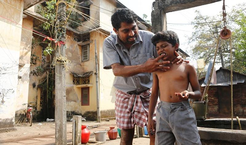 Liebevoll kümmert sich der alleinerziehende Vater um seinen Sohn - hier beim Zähneputzen.