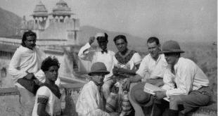 """Eines der wenigen Bilder der Hauptdarsteller und der Filmcrew von """"Light of Asia"""" aus dem Jahr 1925: (v.r.n.l.) Produktionsleiter Barthe Schultes, Kameramann Josef Wirsching, Produzent und Hauptdarsteller Himanhu Rai, Drehbuchautor Niranjan Pal, zweiter Kameramann Willie Kiermaier sowie Modhu Bose mit einem weiteren Schauspieler auf der Befestigungsmauer des Jaipur Palace. © Wirsching Archive"""