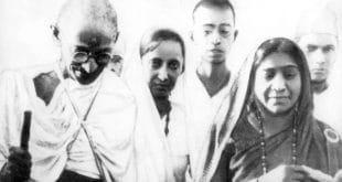 Sarojini Naidu (ganz rechts) mit Mahatma Gandhi während des Salzmarsches, 1930