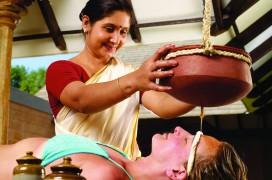 Diese Ayurveda-Anwendung heißt Sirodhara. © Foto: Seva Ayurveda