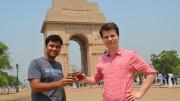 Vikanshu Bhargava und Christian Klemenz mit St. ERHARD Bier in Neu-Delhi. Foto: St. ERHARD GmbH