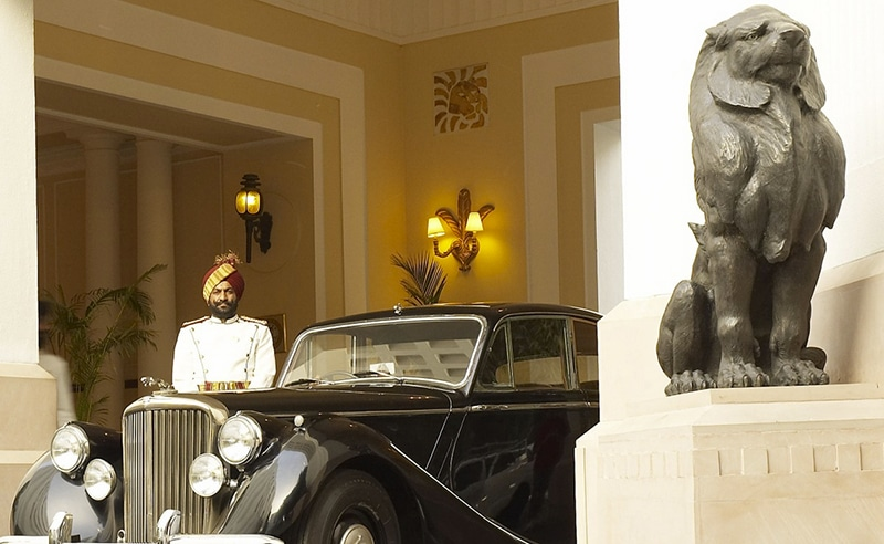 Chauffeur mit Luxuskarosse vorm The Imperial in Neu-Delhi. Foto: The Imperial