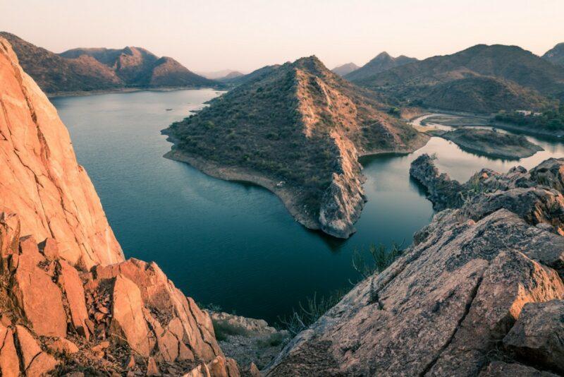 Der Badi-Lake ist ca. 30 Fahrminuten vom Stadtkern entfernt. Der Besuch lohnt sich vor allem in der Stunde vor Sonnenuntergang.