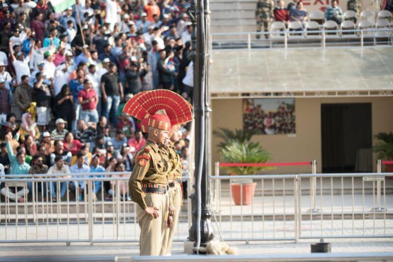 Die Zeremonie-Uniform der Soldaten, lässt einen leicht vergessen, dass diese Soldaten die erste Verteidigungslinie des Landes bilden.