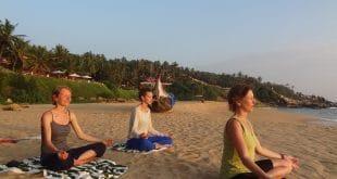 Yoga am Strand_Indien_c@NEUE WEGE
