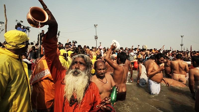 """Badeszene einer der früheren Kumbh Melas (aus dem sehr sehenswerten Dokumentarfilm """"An den Ufern der heiligen Flüsse"""" von Pan Nalin, den man auf DVD erwerben kann)"""