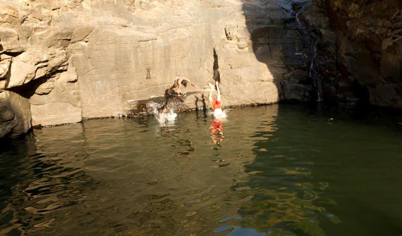 Auch ein Pool muss durchschwommen werden. Foto: letscampout
