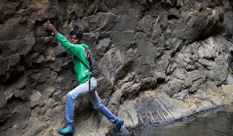 Klettern, springen, schwimmen - das alles wird auf der Trekking-Tour durchs Sandhan Valley verlang. Foto: letscampout