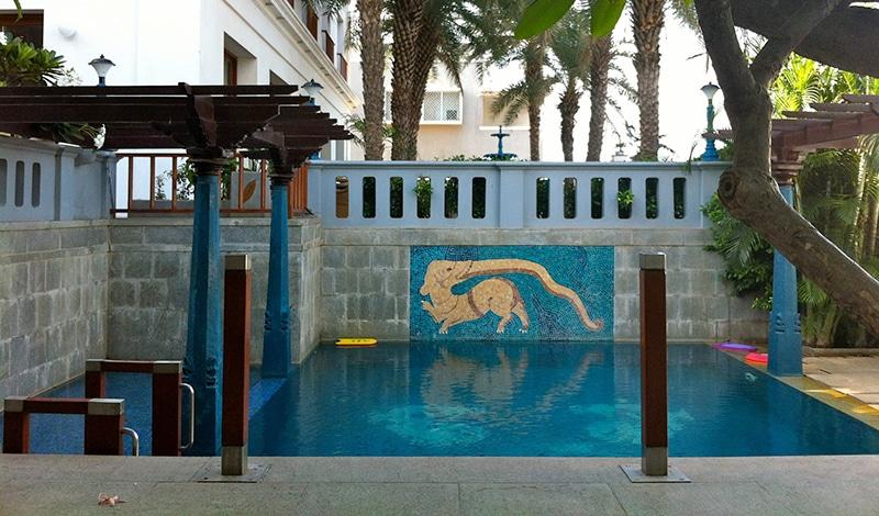 Pool des The Promenade. Foto: © Sarovar Hotels