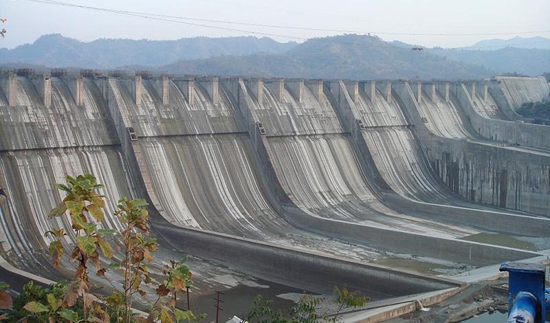 Sardar Sarovar Staudamm während des Baus