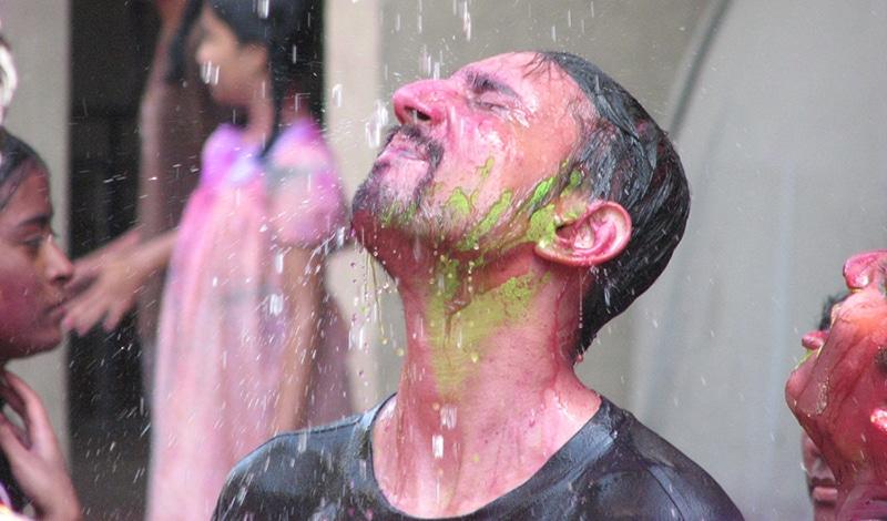 Und irgendwann werden die schönen Farben wieder abgewaschen. Foto: Amol Sood