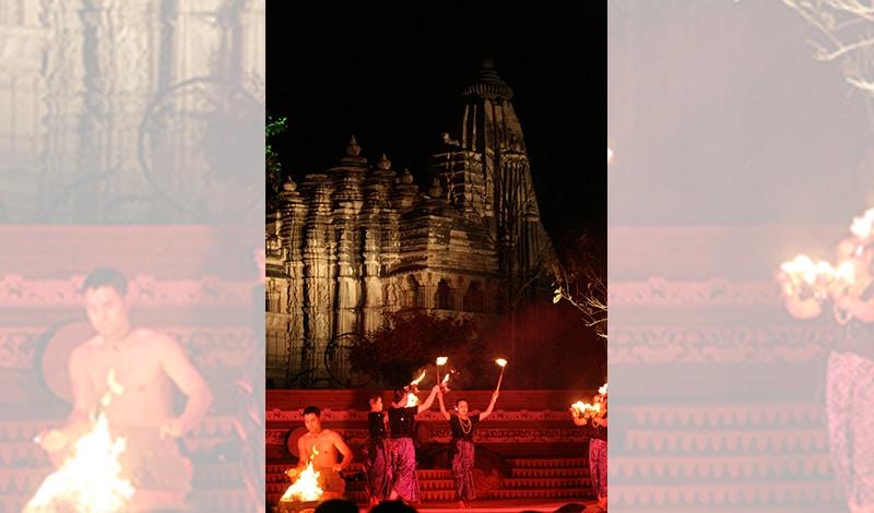 Tanz vor spektakulärer Kulisse: den schönen Tempeln von Khajuraho. Foto: André Mellagi