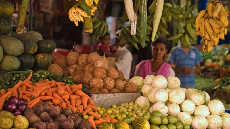 Die Obst- und Gemüsestände sind voll, aber die Ärmsten in Indien können sich oft nicht einmal ausreichend Grundnahrungsmittel leisten. Foto: Anuradha Dissanyake