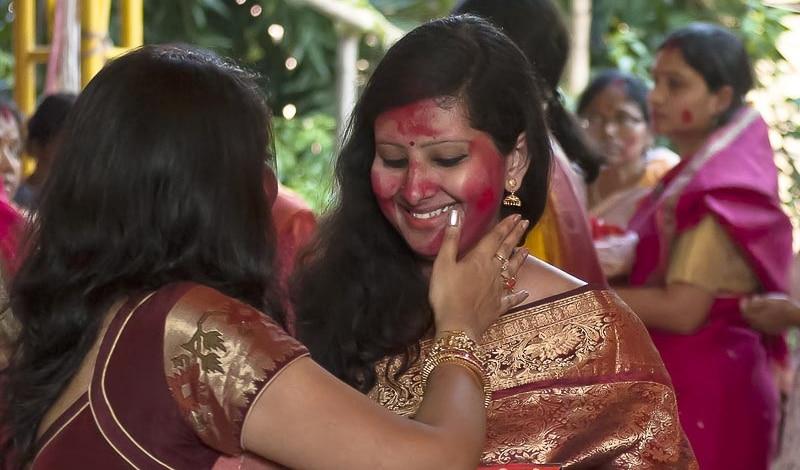 Gegenseitig bemalen sich Ehefrauen an Dashami mit Sandoor, der Farbe der Freude. Foto: Anrindam Mitra