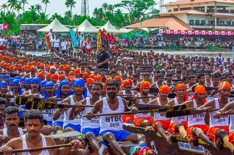 Schlangenbootrennen Nehru Trophy kurz vor dem Start