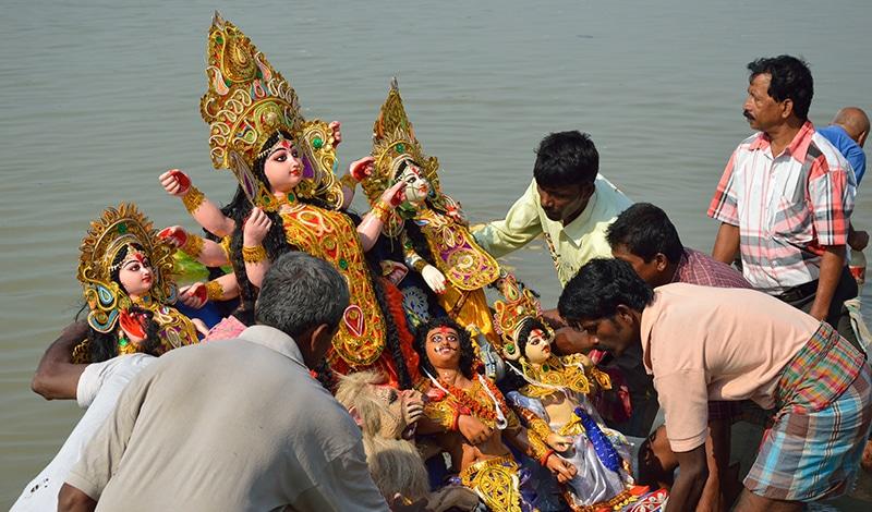Durga Puja - Versenkung einer Durga-Statue im Wasser.