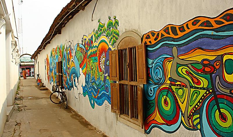 Selbst an den Häuserwänden verewigen sich Künstler während der Kochi-Muziris Biennale. Foto: Elroy Serrao