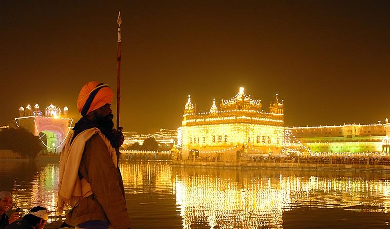 In noch goldenerem Licht erstrahlt der Tempel in Amritsar zum Geburtstag von Guru Nanak. Foto: Giridhar Appaji Nag Y.