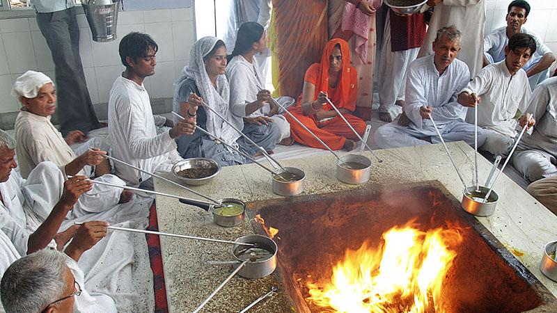 Ritual während Guru Purnima. Foto: H.K. Tang