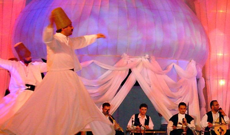 Musik, die in Ekstase versetzt und Männer mit wehenden Röcken: das ist Sufi. Foto: Haseeb Ansar