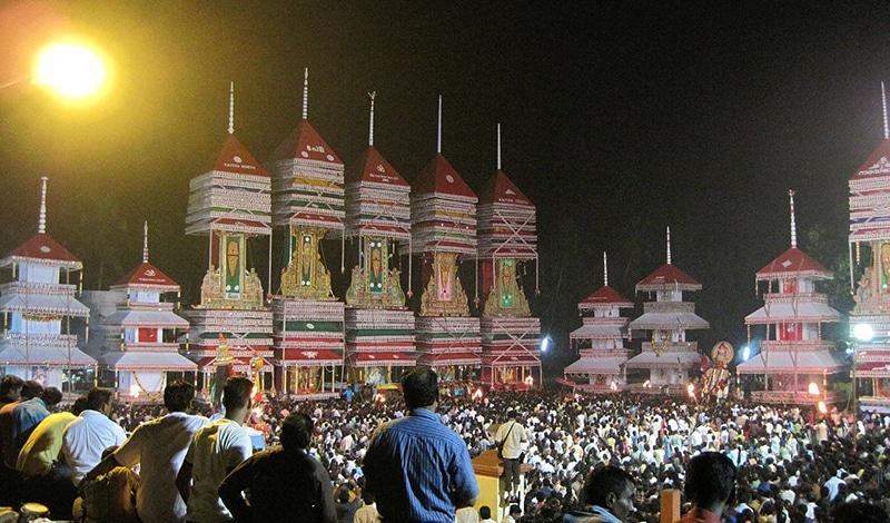 Die Prozession ist der Höhepunkt des Tempelfestes. Foto: Hellblazzer