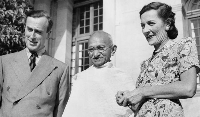 Gandhi mit Lord Mountbatten und dessen Frau Edwina im Jahr 1947