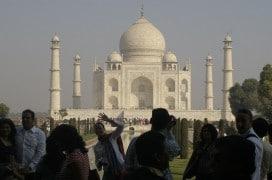 Touristen am Taj Mahal in Agra. Foto: Jaymis Loveday