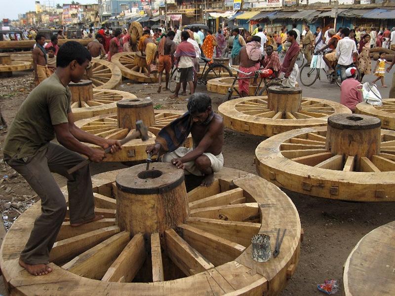 Für die großen Wagen der Prozession werden riesige Räder gebaut. Foto: JnM RTW