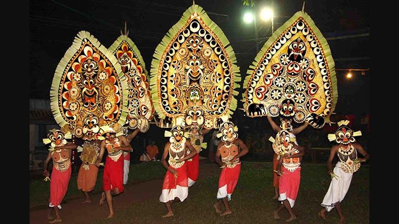 Kadammanitta Festival: Mit riesigen Masken geschmückt spielen und tanzen die Darsteller Szenen aus der Götter- und Sagenwelt Keralas