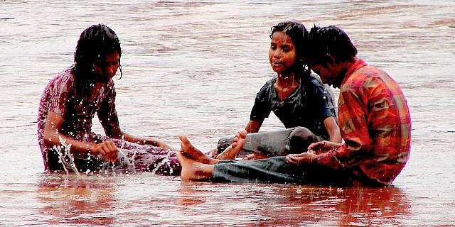 Kinder im Monsunregen in Fatehpur Sikri. Foto: Kamakshi