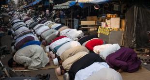 Moslems beim Nachmittagsgebet in Mumbai. Foto Karl Grenet