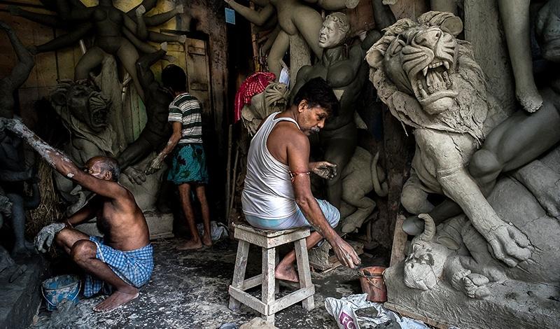 Im Viertel Kumartuli kann man zusehen, wie die großen Statuen hergestellt werden. Foto: Karl Grenet