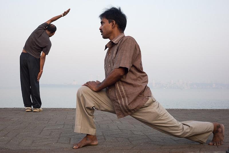Yoga auf dem Marine Drive in Mumbai. Foto: Karl Grenet